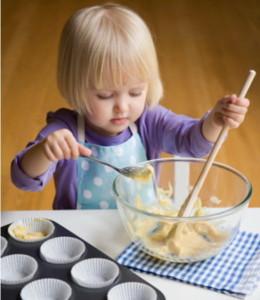 Ребёнок готовит кушать