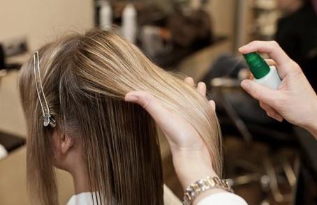 нанесение защитного средства на волосы