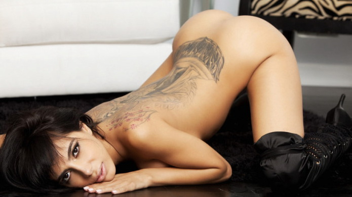 porno-aktrisi-s-tatuirovkami-na-spine