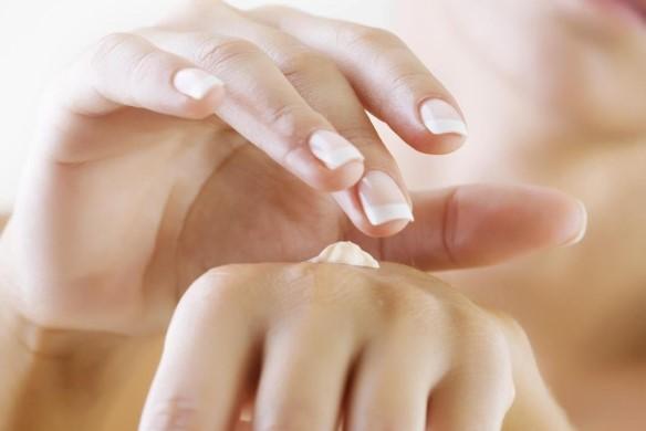 Мазать руки кремом