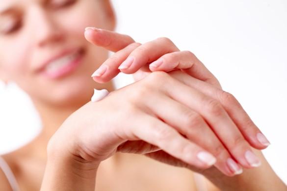 нанести на руки увлажняющий крем