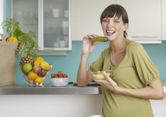 беременная женщина хочет соленых огурцов или клубнику