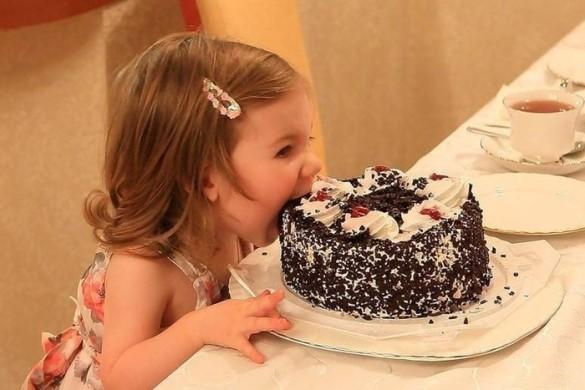Ребёнок кушает торт