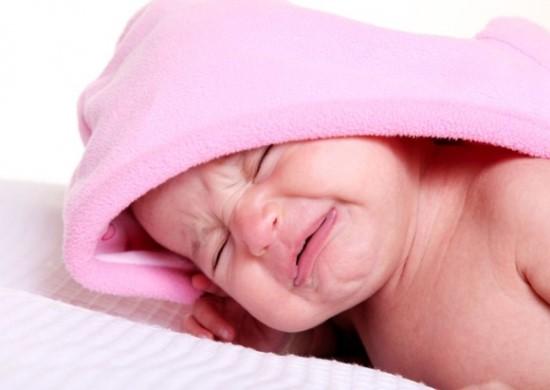 Младенец корчить рожицы