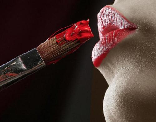 Нанесение губной помады